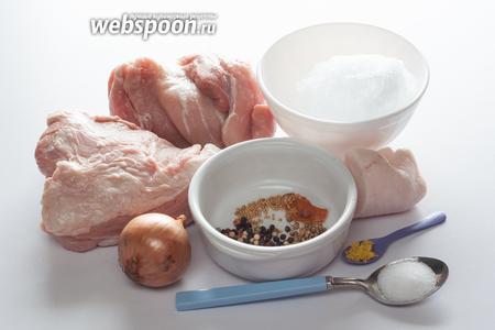 Итак, что же делает баварские колбаски такого рода баварскими? Самая важная деталь — это телятина. Её должно быть больше, чем свинины. Я не говорю, что другие соотношения (и породы скота) невозможны, но в баварских колбасках на телятину должен приходиться как минимум 51% мясной доли, так сказать. Также довольно строго регламентировано, какое именно мясо идёт в ход. Преимущество отдаётся высокосортному мясу (мышцам). 10% — максимально допустимое количество жиров и прочих тканей вроде свиной кожи, телячьей головы, связок в телячьих ножках без кости. Важный технологический компонент — дробленый лёд. Его довольно много: 10-20% от конечного веса фарша. Из приправ характерны лук, горчица, перец (как чёрный, так и белый), лимонная цедра, кориандр или кардамон и (!) мускатный цвет. Подчеркиваю, не орех, а цвет, то есть оболочка мускатного ореха. Если нет цвета, то орех лучше не использовать, у него совсем другой аромат. Допустимо также использование имбиря (сухого порошка). Чего не бывает в Баварских «войлочных» колбасках — в них не должно быть петрушки. Это их принципиальное отличие от других сортов.
