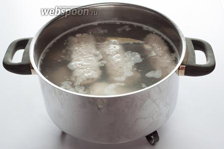 Следующий шаг: колбаски 10 минут томятся в тёплой воде (40-55°С). Что обозначает эта температура в физических ощущениях? Что их можно достать голой рукой, будет горячо, но не так больно, что невозможно терпеть.