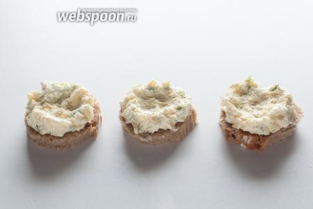 Формируем из этой смеси на хлебных основах подобие гнёзд с впадиной в середине и возвышенными бортиками.