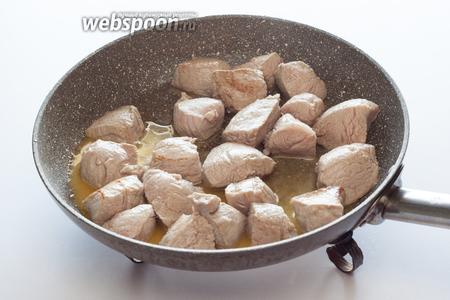 Растапливаем сливочное масло и обжариваем в нём на среднем огне телятину, чтобы едва-едва схватилась.