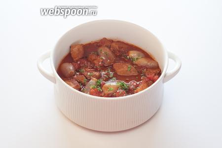 Непосредственно перед сервировкой рагу приправляется большим количеством рубленной свежей петрушки и перцем чили по вкусу.