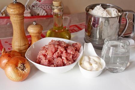 Приготовим ингредиенты для приготовления чебуреков — фарш, лук, специи, для теста муку, майонез, воду.