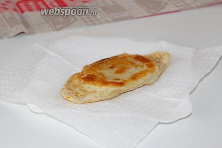 Готовые чебуреки выложить на бумажное полотенце для удаления лишнего масла.
