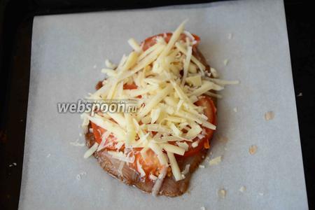 Твёрдый сыр натираем на крупной тёрке, посыпаем сыром рыбку. Запекаем тилапию в разогретой до 180-200°С духовке около 20 минут.