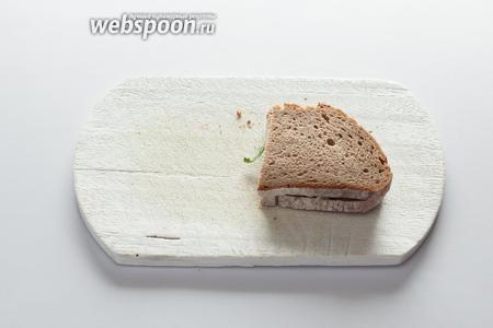 Закрыть вторым куском горячего хлеба. Есть сразу!!! В холодном виде совсем-совсем не то, сильно теряется вкус.