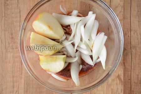 Репчатый лук и яблоки режем дольками. Добавляем яблоки и лук в мясо.