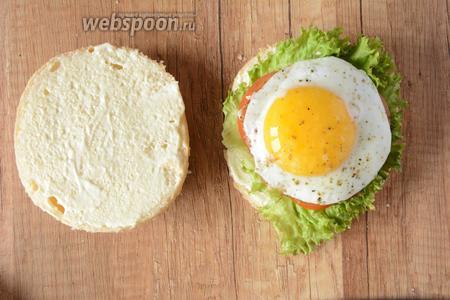 Готовое яйцо выкладываем сверху на котлетку. Накрываем яйцо второй половинкой булочки. Гамбургер готов! Приятного аппетита!