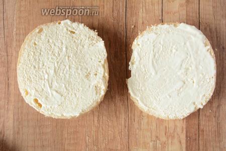Бутербродную булочку режем на 2 половины. Обе половины смазываем майонезом.
