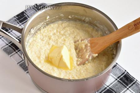 Засыпать подготовленное пшено в кипящее молоко с солью и сахаром. Варить до готовности пшена. В конце добавить 50-60 грамм сливочного масла. Укутать кастрюлю с кашей и оставить до остывания.