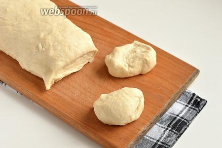 Разделить тесто на кусочки, размером с небольшой мандарин.