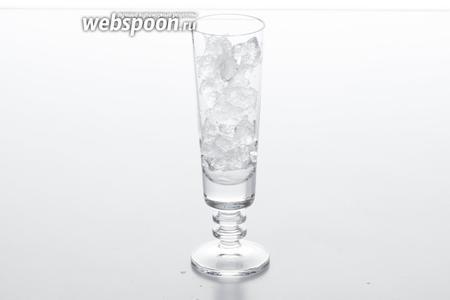 До верху заполняем стакан дроблёным льдом.