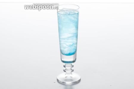Заливаем стакан до верху лимонадом.