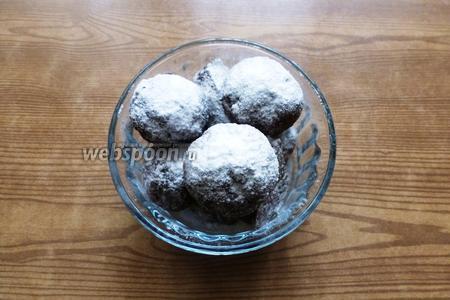 При подаче, печенье посыплем сахарной пудрой.
