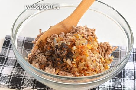 Добавить подготовленный лук, соль и перец по вкусу.