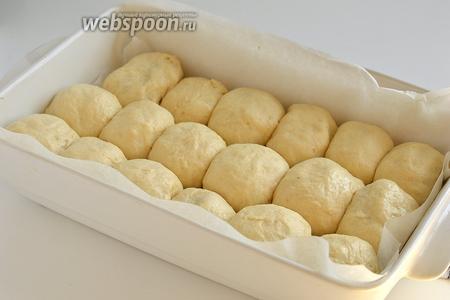 Сложить пирожки в форму плотно один к другому. Благодаря этому, пирожки после выпечки получатся очень нежными и мягкими.