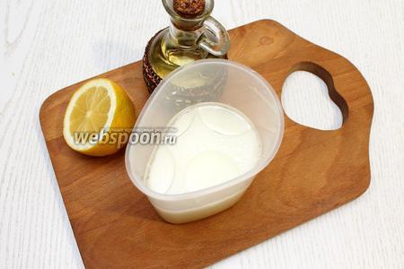 В тёплой воде размешать йогурт, мёд, соль, масло и лимонный сок.