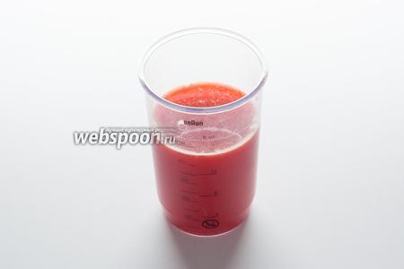 Чуть больше 1/2 объёма формы (450 мл из 700 мл) у нас будет занимать жидкость. Но жидкость эта будет состоять из апельсинового сока и воды, в которой размачивается желатин. Вода тоже нужна — она увеличивает прозрачность желе, делает его красивее.