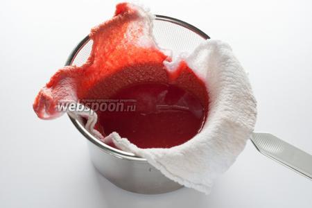Сок лучше процедить, чтобы удалить излишки мякоти и сделать желе более прозрачным.