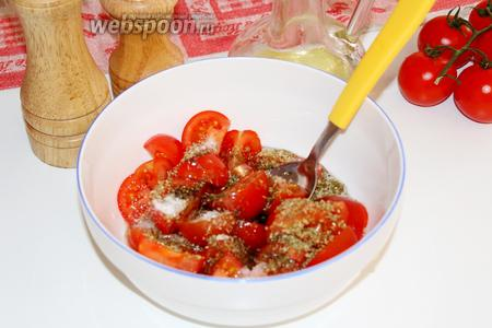 Сначала ставим вариться пасту. Пока она варится, нарезать помидоры на 2-4 части (в зависимости от размера) посолить, поперчить, присыпать орегано и залить оливковым маслом, перемешать и отложить, чтобы помидоры пустили сок.