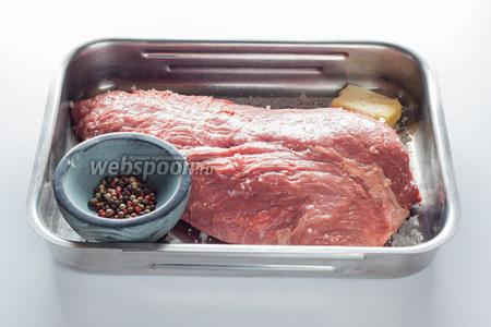 Самое существенное ограничение этого рецепта — он работает только с большими кусками говядины, весом более 1 килограмма. Для ростбифа нужно безукорезненное мясо без жира и прожилок. Я использую ложное филе. Приправы и время приготовления рассчитываются на 500 грамм мяса (ещё точнее — на фунт, поскольку рецепт английский, но я спокойно пользуюсь эквивалентом в 0,5 кг). Итак, говядины должно быть не меньше 1 килограмма, при чём на 500 г требуется 10 г сливочного масла, 1 ч. л. перца (или любой смеси сухих приправ, которая вам нравится) и 1 ч. л. крупнокристаллической соли.