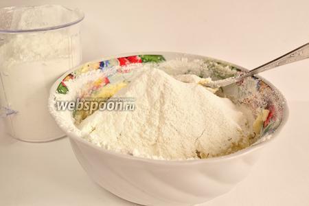 Теперь добавляем просеянную муку. По рецепту было 600 грамм. Но у меня тесто взяло 500 грамм. Замесить тесто. Тесто должно получиться маслянистым, пластичным.