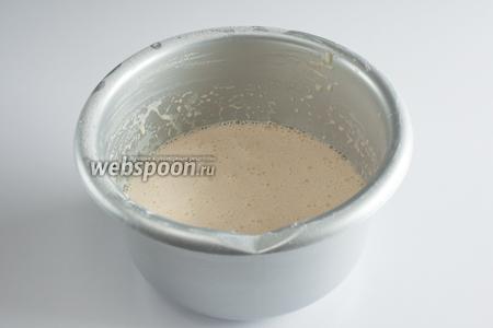 Продолжая взбивание, тонкой струйкой всыпаем муку, а потом вливаем масло. Оставляем тесто в покое на 1 час, можно больше, 1 час — минимум.