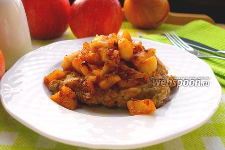 Свинина с яблоками, луком и имбирём
