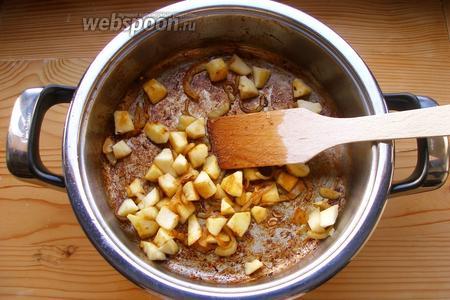 К луку добавляем очищенные и нарезанные на небольшие кусочки яблоки. Затем добавляем имбирь. Сбрызгиваем уксусом. Готовим на небольшом огне буквально 5-6 минут, чтобы яблоки слегка смягчились. Но, вообще-то, можно готовить и дольше, всё зависит от того, какой степени мягкости яблоки вам нравятся. Я, например, люблю, чтобы они были мягкие, но не бесформенные.