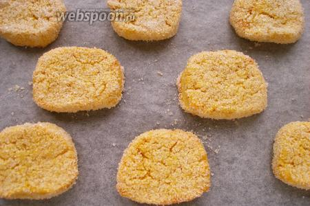 Выкладываем печенье на противень, застеленный пергаментом. Выпекаем от 15 до 20 минут при 180°С.