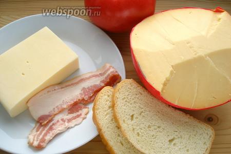 Для 1 сэндвича надо 2 ломтика батона, 2 вида сыра (у меня Эдам и овечий), помидор, 1 ломтик бекона и масло сливочное.