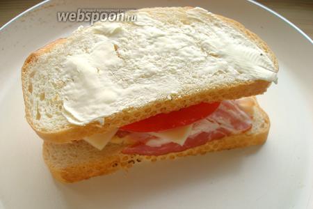 Кладём сэндвич на разогретую сковородку, накрываем крышкой, готовим 2-3 минуты на маленьком огне. Затем переворачиваем на другую сторону, снова накрываем крышкой и готовим ещё около 2 минут.