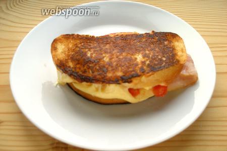 Готовый сэндвич сразу подаём к столу.