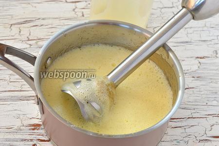 Добавить яичную смесь в горячее яблочное пюре.