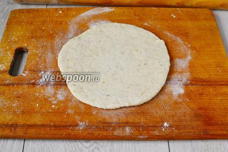 Через 1 час берёмся за лепку лепёшек. Разрезаем тесто на 5-6 кусочков и раскатываем скалкой лепёшки, толщиной в 5-7 мм.