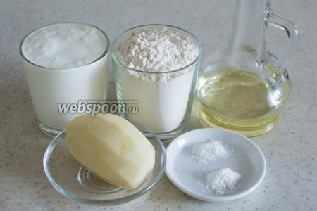 Для приготовления блинчиков возьмите сырой картофель, кефир, муку пшеничную, соль и соду.