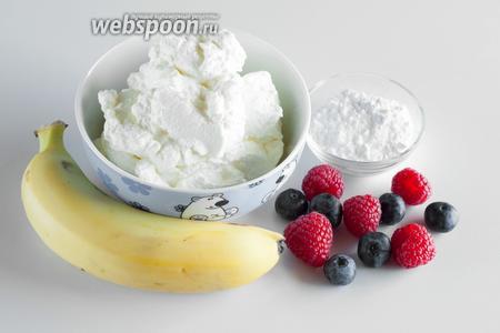 Теперь давайте поговорим о сервировке. Поскольку вафли почти (или совсем) не сладкие, их обычно сервируют с разными добавками. Необязательно со всеми сразу. В любом случае, к брюссельским вафлям традиционно подходят сахарная пудра, взбитые сливки, соус (как правило, шоколадный), банан и сезонные ягоды.