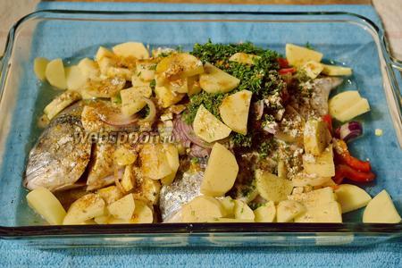 Выкладываем все нарезанные овощи и специи в эту посуду с рыбой.