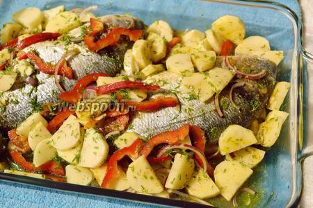 Поливаем подсолнечным маслом, солим и всё перемешиваем. Так же протираем специями рыбу изнутри. Вливаем в посуду 1-2 стакана воды, где-нибудь сбоку, чтобы не смыть масло, соль и специи с рыбы. Поставьте в разогретую до 180°С духовку на 1,5 часа.
