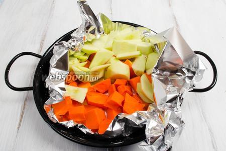 Яблоки вымыть, очистить от кожуры, нарезать дольками. Тыкву очистить, нарезать дольками. Упаковать подготовленные яблоки и тыкву в фольгу. Поставить в горячую духовку. Запекать при температуре 200ºC  в течение 20 минут.