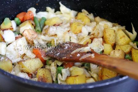 Посолить, перемешать и продолжить тушение до готовности овощей.