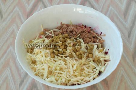 К свёкле добавить нарезанное мясо, капусту и консервированный горошек. Выдавить через пресс чеснок.