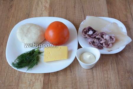 Для приготовления нам понадобится кальмар, осьминоги в рассоле, помидор, тесто для пиццы, укроп, майонез, сыр твёрдый.