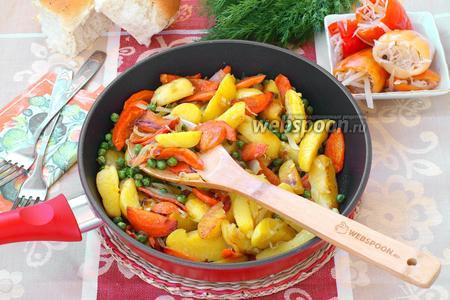 Горячая сковорода с картофелем и овощами