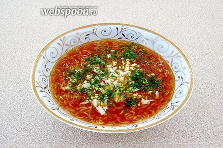 Готовый суп заправить чесноком, яйцом и посыпать измельчённой зеленью укропа.