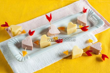 Канапе с сыром и колбасой «Стрелы Амура»