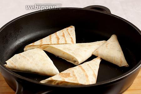 Треугольники обжарить на сухой сковороде с 2 сторон. Они становятся румяные и очень хрустящие. При этом, начинка внутри остаётся сочной и мягкой.