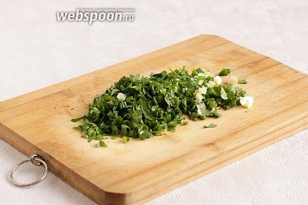 Зелень нарезать помельче, чеснок выдавить через чеснокодавку.
