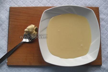 Теперь будем готовить карамель, для неё нам нужно масло и сгущённое молоко.