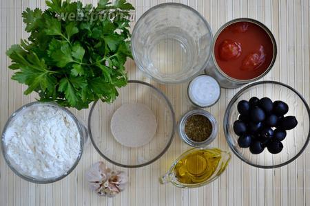 Для приготовления пиццы без сыра понадобятся следующие ингредиенты: пшеничная мука, вода, оливковое масло, быстродействующие сухие дрожжи, соль, чесночный порошок, щепотка сахара, томаты в собственном соку, маслины, чеснок, сухой орегано, свежая петрушка и кинза.