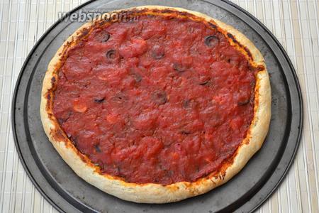 Разогрейте духовку до 240°С. При приготовлении пиццы очень важно, чтобы духовка как следует раскалилась. Выпекайте пиццу около 20 минут. Начинка должна стать более густой и матовой, а тесто по краям хорошо зарумяниться. P.S. Подавайте пиццу горячей, сбрызнув оливковым маслом и посыпав зеленью.